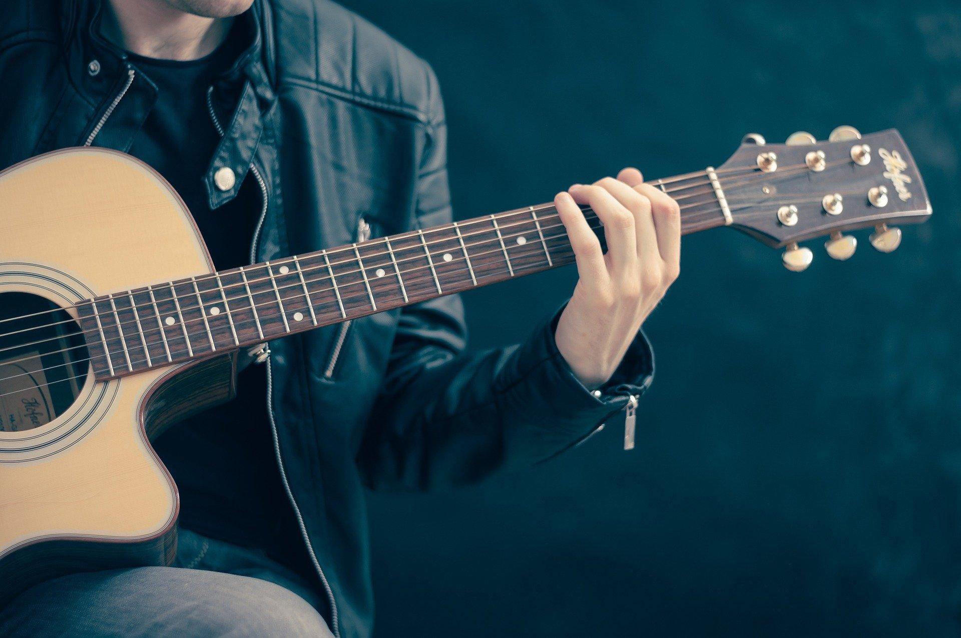 Casting jeune chanteuse guitariste 18-25 ans, pour projet studio